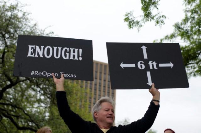 Un manifestant contre le confinement devant le Parlement d'Austin, au Texas, le 18 avril 2020 (AFP - Mark Felix)