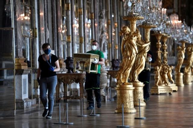 Remise en place de la Galerie des glaces au Château de Versailles, le 5 juin 2020 pour la réouverture prévue samedi (AFP - STEPHANE DE SAKUTIN)