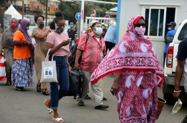Des passagers s'apprêtent prendre le ferry à Mamoudzou, à Mayotte le 4 juin 2020 (AFP - Ali AL-DAHER)