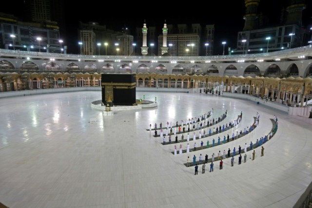 Quelques fidèles musulmans prient à la Kaaba, le 23 juin 2020 à La Mecque, en Arabie saoudite (AFP/Archives - STR)