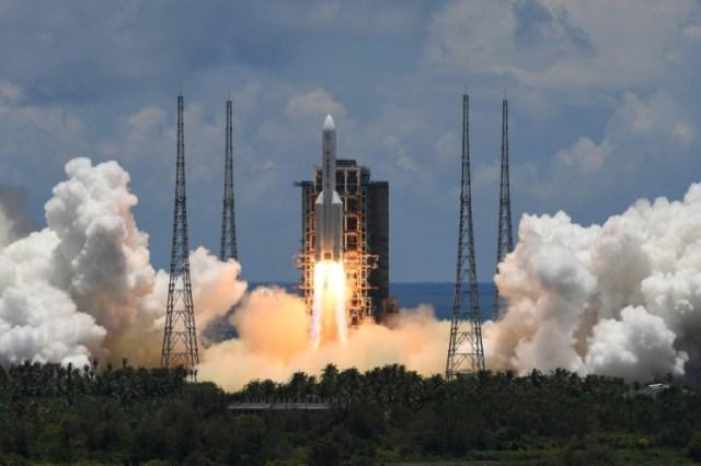 La fusée Longue-Marche 5 s'élance à destination de Mars depuis la la rampe de lancement de  Wenchang (sud de la Chine), le 23 juillet 2020 (AFP - Noel CELIS)