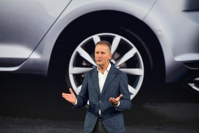 Herbert Diess, PDG du groupe Volkswagen, en octobre 2019 à Wolfsburg, en Allemagne (AFP - Tobias SCHWARZ)
