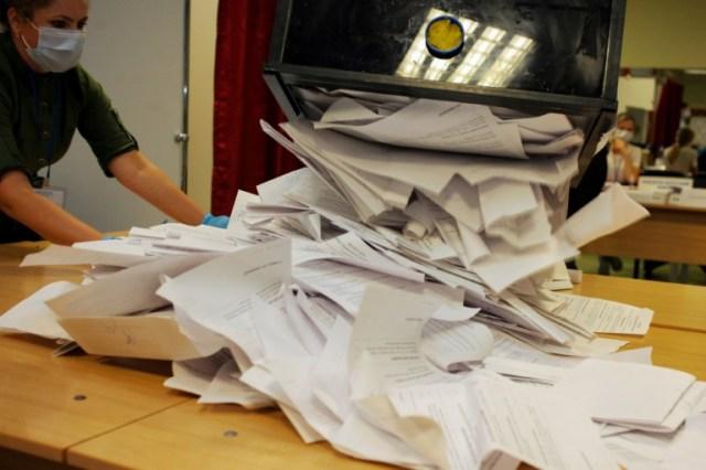 Dépouillement des bulletins de vote, le 9 août 2020 à Minsk, en Bélarus (AFP - Siarhei LESKIEC)