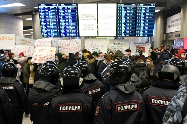 Des policiers font face à des manifestants dans un terminal de l'aéroport Vnoukovo de Moscou, où était attendu le principal opposant russe Alexeï Navalny, le 17 janvier 2021 (AFP - Alexander NEMENOV)