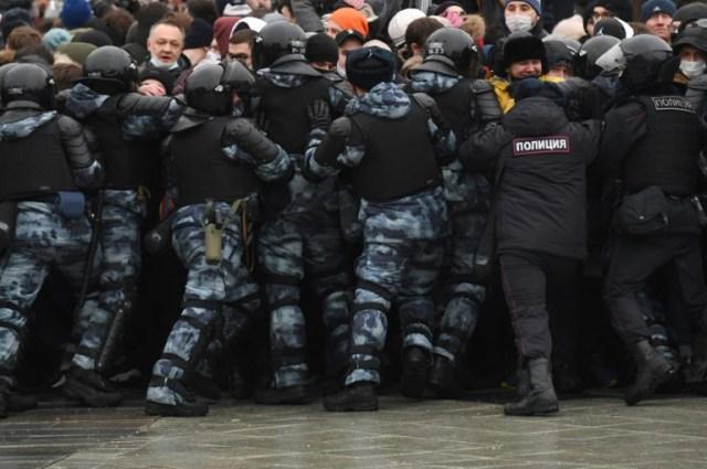 La police tente de disperser des manifestants qui soutiennent l'opposant emprisonné Alexeï Navalny à Moscou le 23 janvier 2001 (AFP/Archives - NATALIA KOLESNIKOVA)