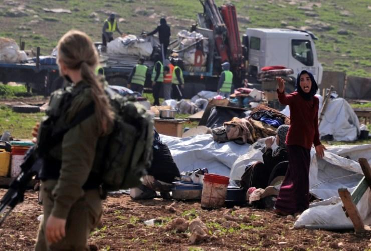 Un résident réagit au moment où les forces israéliennes démolissent des tentes de Bédouins dans le village de Touba, en Cisjordanie occupée, le 8 février 2021  (AFP - JAAFAR ASHTIYEH)