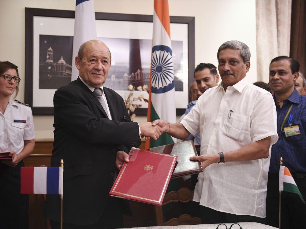 Le minsitre de la Défense, Jean Yves le Drian, et son homologue indien, Manohar Parrikar, ont signé l'achat de 36 Rafale par New