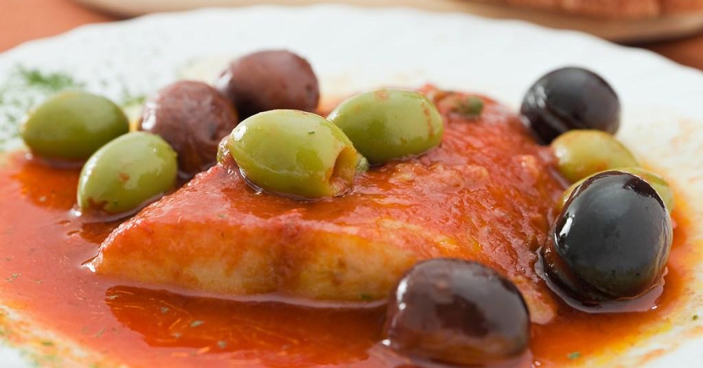 Μπακαλίαρος με κόκκινη σάλτσα και ελιές!