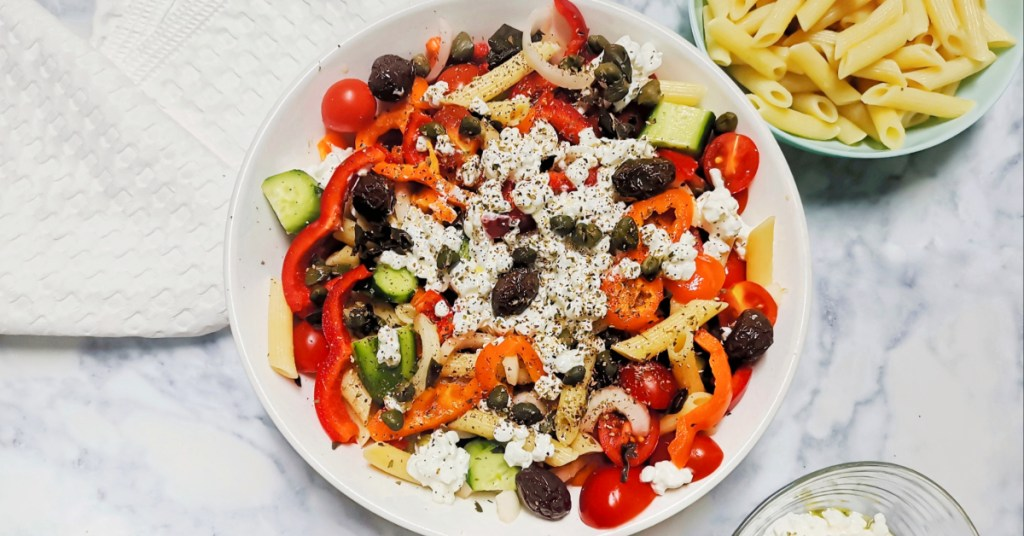 Ελληνική σαλάτα με τυρί cottage και ζυμαρικά