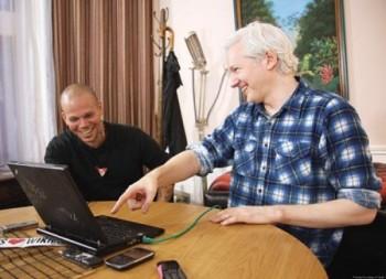 Julien Assange y René de Calle 13
