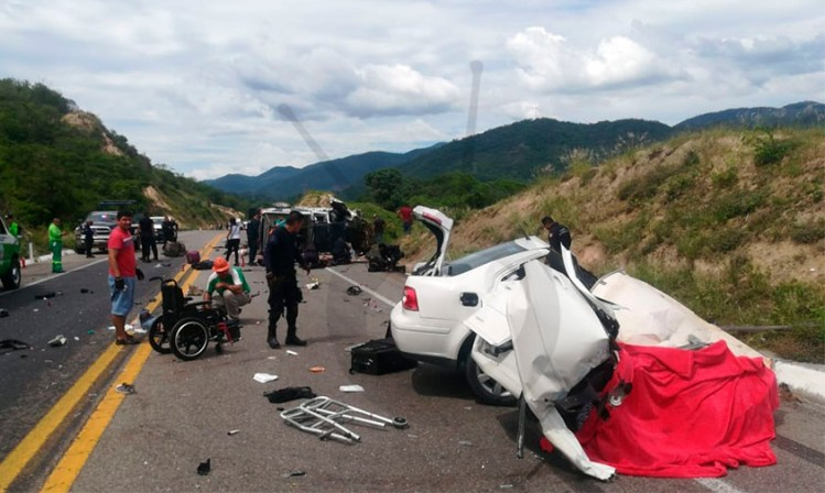 auto blanco patrullas accidente Arteaga Michoacán