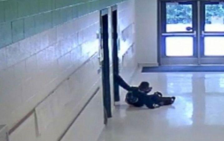 #Video Maestra Agrede A Alumno Lo Tira De Silla Y Lo Patea