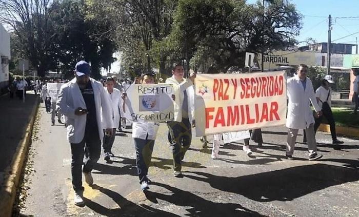 Marchan médicos en Uruapan pr la inseguridad / RED 113