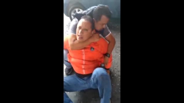 #Vídeo Por Confusión Golpean A Papá Que Llevaba Hijo Enfermo A Hospital