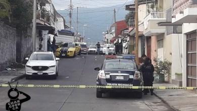 Dos ocupantes de un automóvil deportivo fueron asesinados a tiros en la colonia La Tamacua, ubicada en esta ciudad de Uruapan, el asunto es investigado por el personal de la Fiscalía Regional de Justicia. Se presume que el hecho está relacionado con los ajustes de cuentas entre grupos criminales antagónicos, dijeron jefes policiacos. El suceso fue este sábado en la calle Prolongación Aldama. Algunos testigos de lo ocurrido dijeron a la Policía que los ahora occisos llegaron en un carro Ford Mustang de color amarillo y recién se estacionaban en la vialidad en referencia, cuando fueron atacados a balazos y a raíz de ello perdieron la existencia. Voces allegadas al asunto afirmaron que los responsables del doble homicidio se dieron a la fuga abordo de una motocicleta que traían. Los vecinos del asentamiento en cuestión llamaron a las corporaciones policiacas y de rescate para avisar sobre lo acontecido. Unos paramédicos de Protección Civil Municipal dieron los primeros auxilios a los afectados y confirmaron que ya no tenían signos vitales. Ahora el tema está en las manos del personal de la Unidad Especializada en la Escena del Crimen con el objetivo de que sea esclarecido. Los finados están sin identificar.