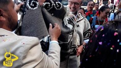 Photo of #Video Reciben En Charapan A Embajador De España Con Gabán Tejido A Mano