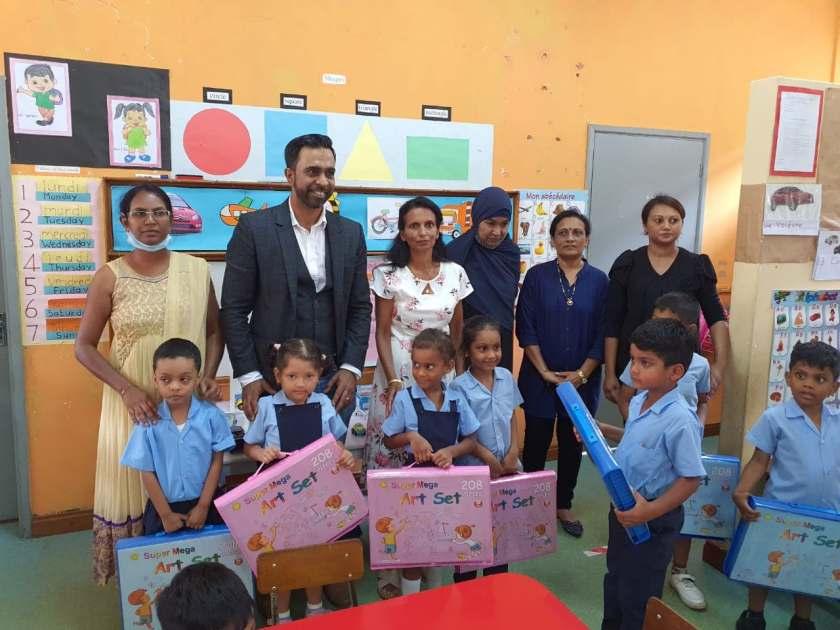 (VIDÉO) Le député Zahid Nazurally distribue des matériels scolaires dans des écoles de sa circonscription - ChannelNews