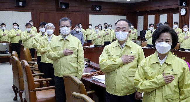 NNN: أفادت السلطات الصحية في كوريا الجنوبية يوم السبت عن 113 إصابة جديدة بالفيروس التاجي ، وهي أعلى زيادة يومية منذ أواخر مارس ، ويرجع ذلك أساسًا إلى الحالات المستوردة. وقالت المراكز الكورية لمكافحة الأمراض والوقاية منها (KCDC) إن 86 من الحالات الجديدة تم استيرادها وشملت 36 عاملاً عائدًا من العراق و 32 بحارًا روسيًا. […]