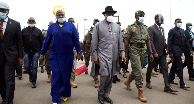 Former Nigerian President Goodluck Jonathan (C) walks at the International Airport in Bamako upon his arrival on August 22, 2020 next to by Malick Diaw (4R), the Vice President of the CNSP (National Committee for the Salvation of the People) ANNIE RISEMBERG / AFP
