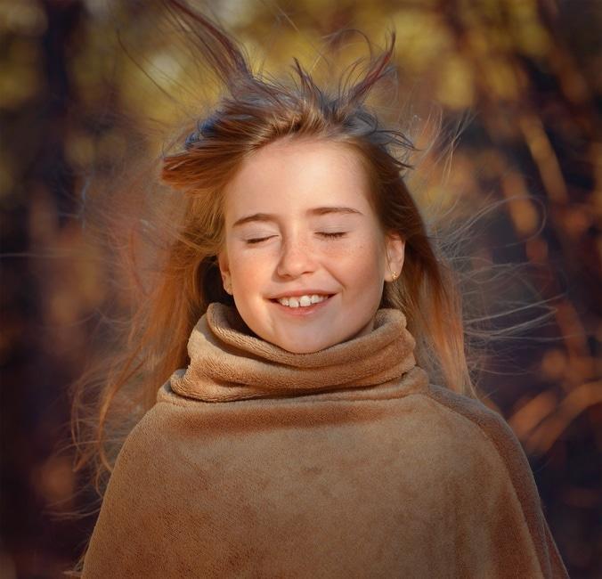Changement des neuf ans : une jeune fille heureuse