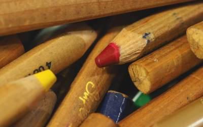 Les crayons de couleur à la maternelle : crayons blocs ou crayons bâtons ?
