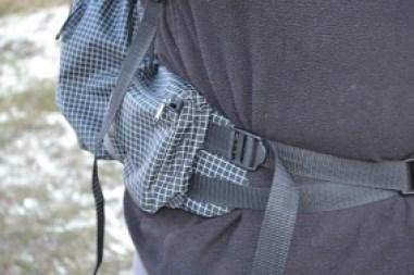 Praktische Taschen hat auch der Bauchgurt. Durch den Versatz der Bänder ist der Halt viel besser als etwa beim G4.