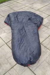 Da die Decke oben länger ist als normale Quilts, lässt sich der obere Teil auch bequem über den Kopf ziehen, wenn die Temperaturen fallen.