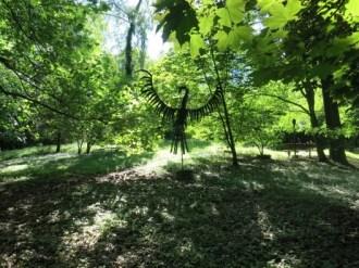 """Der Garten des Hauses """"Hohelinden"""" lädt zur Rast ein; ein seltsamer Vogel beäugt die Wanderer."""