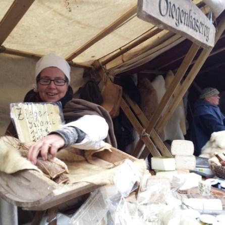 Ziegenkäse und Ziegensalami gibts auf dem Mittelaltermarkt am ersten Wochenende im Dezember. Die Salami rockt!