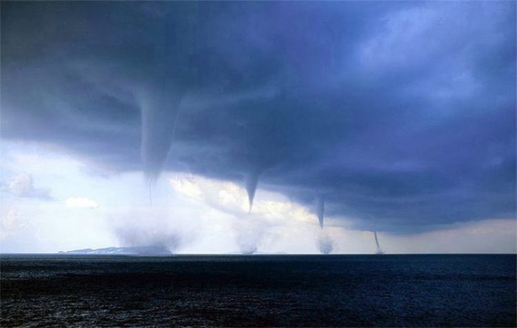 4 tornadoes off the coast of Italy. This phenomenal picture was taken by photographer Roberto Giudichi (Roberto Giudici), when he was on the boat at Brindisi, Italy.