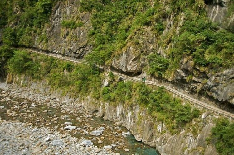 Notwithstanding its name, the Central Cross-Island Highway is a slender and winding mountain road with plentiful bends.