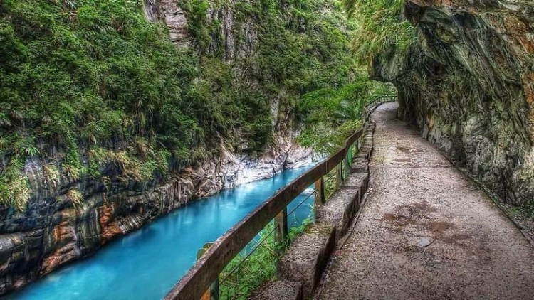 This area is prone to seismic activity. As one drives through the gorge, they will encounter various tourist spots including a Zen monastery,