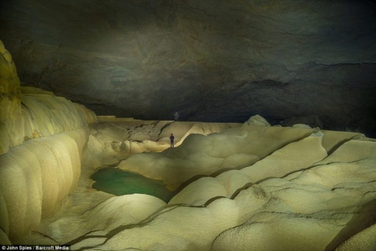 Giant Gour in the Oxbow area of the cave is 196 feet long and is probably one of the world's largest rimstone basins. The pool is filled with water during the wet season.