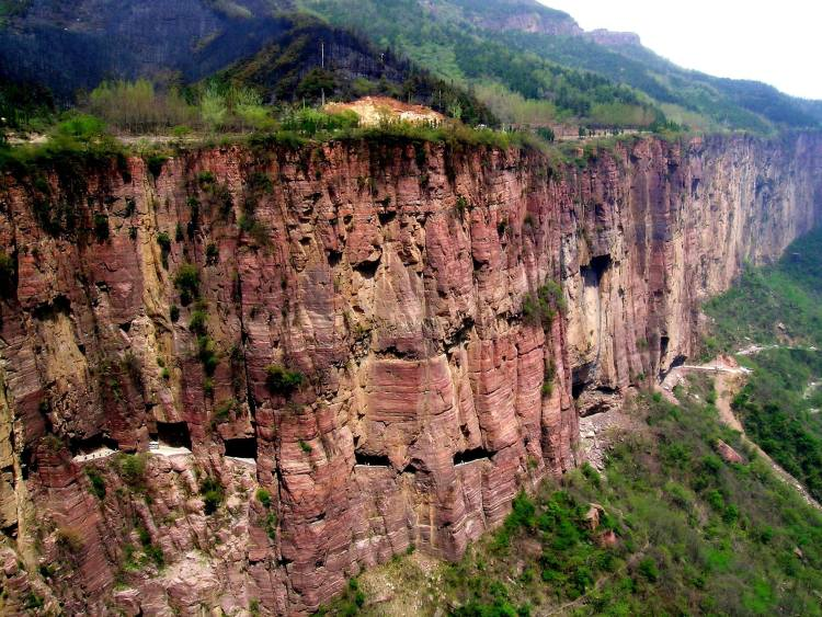 In 1972, the group of villagers led by Shen Mingxin plans to carve a road into the side of the mountain.