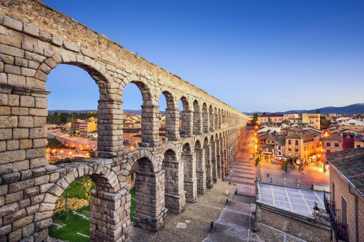 The first reconstruction took place during the reign of King Ferdinand and Queen Isabella, when a total of 36 arches were built with great care without disturbing the original design.