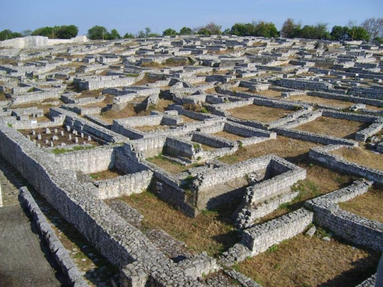 The ancient fortress with historical linkage to a village is situated in the Shumen Plateau, perhaps first built by Thracians and later reconstructed by Romans, Byzantines, and Bulgarians.