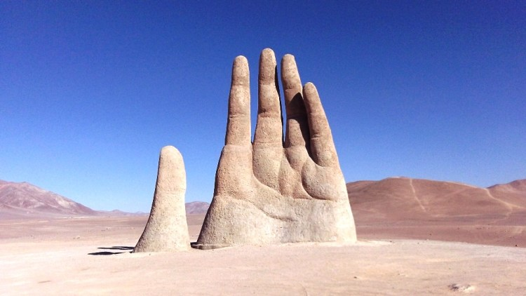 The Chilean Artist Mario Irarrazabal has created this massive hand sculpture popular in his domain of sculpting hand made things.