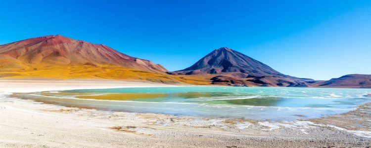 The Laguna Verde covers an area of 1700 ha, and a narrow causeway divides it into two parts.
