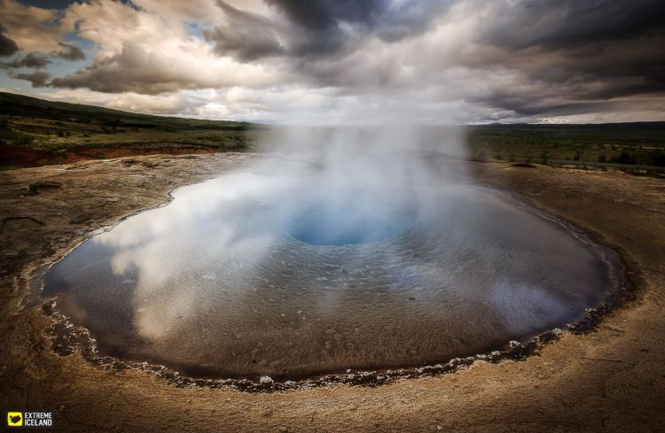 Moreover, the eruption starts when a pulse of steam rising from below pushes the water in the pool upwards forming a large dome of water through which the steam bursts and expels much of the water in the pool skywards.