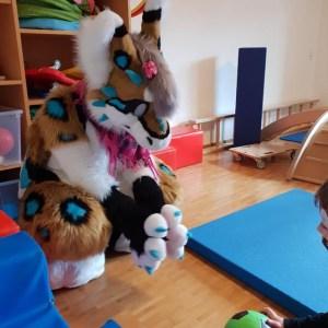 Kuschelheld spielt mit Kind
