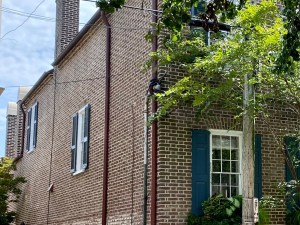 The back wall of a Charleston Single House with only two windows