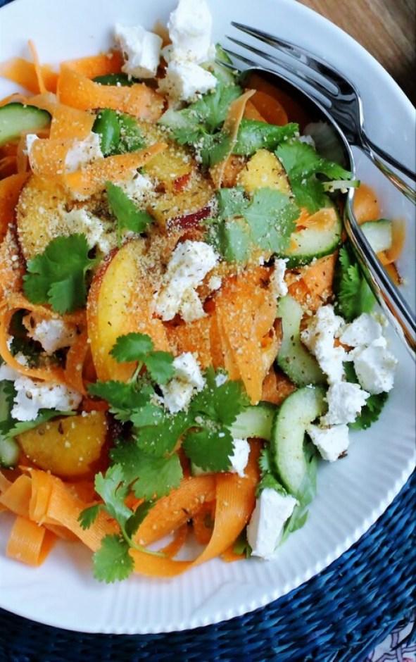Gulerodssalat med nektariner, agurk og koriander