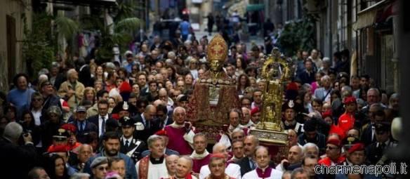 Processione San Gennaro nei vicoli del centro storico di Napoli