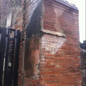 Il muro danneggiato con l'iscrizione