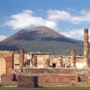 Pompei, l'area del foro con sullo sfondo il Vesuvio