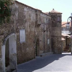 Le mura del castello De Vargas Machucca di Vatolla