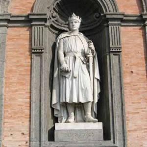 Napoli, Carlo d'Angiò nella statua che lo raffigura a Palazzo Reale