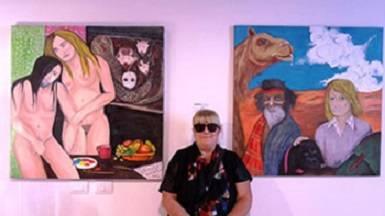 L'artista Anna De Rosa in mezzo ai suoi quadri