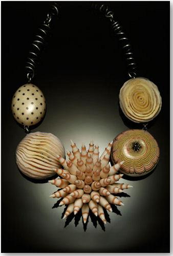Halskette aus der Pod Serie - © Kathleen Dustin