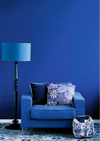 blauer Sessel und Lampe - © Bo Bedre